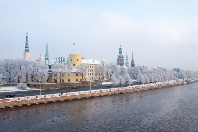 Riga, Latvia Paesaggio urbano di Riga nell'inverno immagine stock