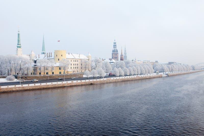Riga, Latvia Paesaggio urbano di Riga nell'inverno fotografia stock