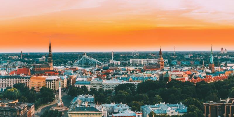 Riga, Latvia Paisaje urbano del horizonte del panorama de la visión superior en la luz de la puesta del sol La iglesia de San Ped imágenes de archivo libres de regalías