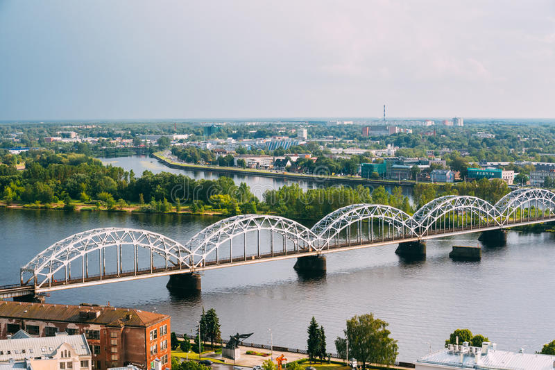 Riga, Latvia Vista aerea del ponte ferroviario con il Daugava o W immagine stock libera da diritti