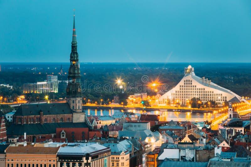Riga, Latvia Vista aerea di paesaggio urbano nella sera o nella notte di estate fotografia stock