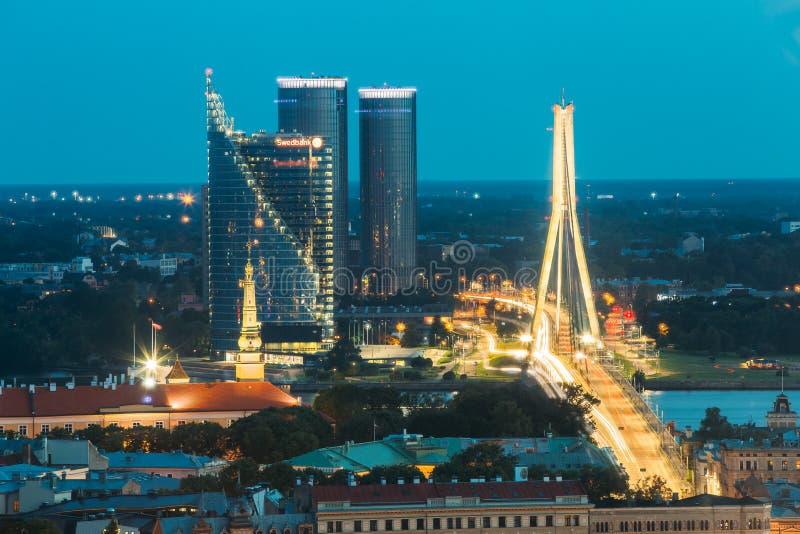 Riga, Latvia Vista aerea di paesaggio urbano nelle luci notturne di sera I fotografia stock