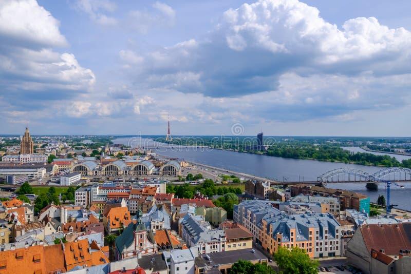 Riga, Latvia Vista aerea sulla torre della TV dalla torre della chiesa di St Peter fotografie stock libere da diritti