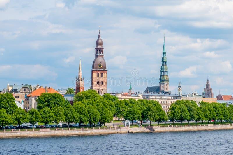 Riga, Latvia Vista sulle torri di vecchia città dal ponte strallato immagine stock