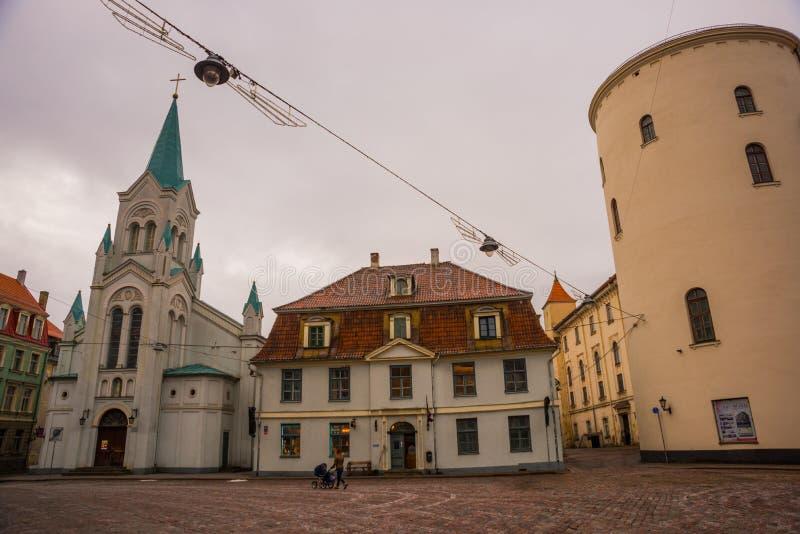 RIGA, LETÓNIA: arquitetura da cidade ruas medievais de passeio da cidade velha no centro de Riga, Letónia opinião nossa senhora d foto de stock royalty free