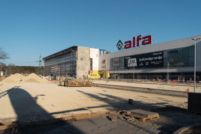RIGA, LETÓNIA - 4 DE ABRIL DE 2019: Centro de compra do alfa com referência à construção - vinda builing adicional logo imagens de stock