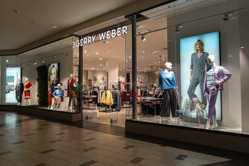 RIGA, LETÓNIA - 4 DE ABRIL DE 2019: Centro de compra do alfa da loja de Gerry Weber no distrito de Julga - salão principal de cim imagens de stock