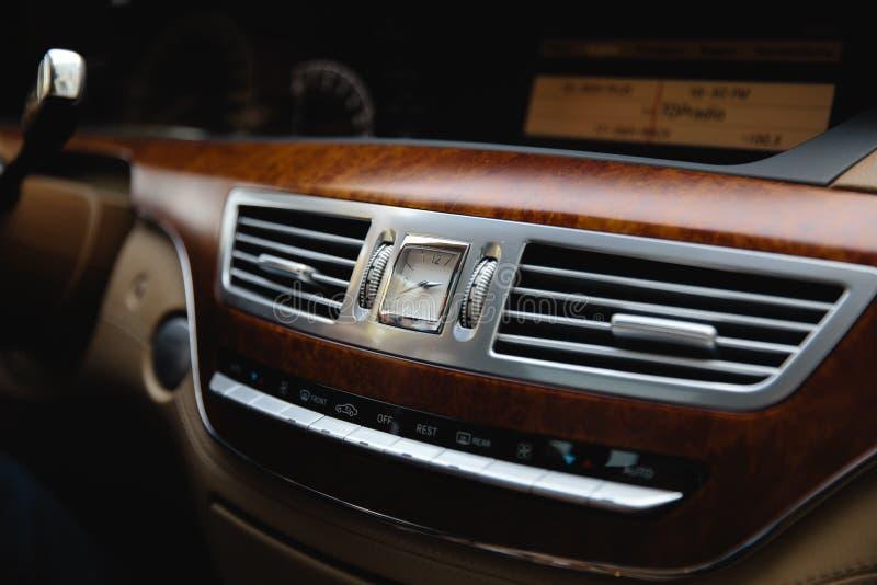 RIGA, LETÓNIA - 28 DE AGOSTO DE 2018: Classe W221 de Mercedes-Benz S Foto editorial - biege interior foto de stock