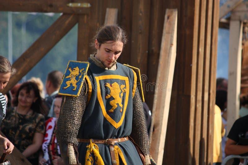 RIGA, LETÓNIA - 21 DE AGOSTO: Homem não identificado no traje medieval f imagem de stock royalty free