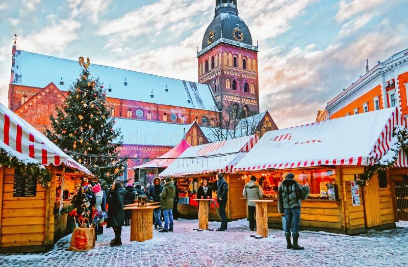 Riga, Letónia - 28 de dezembro de 2014: Mercado do Natal no quadrado da abóbada em Riga velho (Litvia) Quadrado da abóbada no mer imagens de stock royalty free
