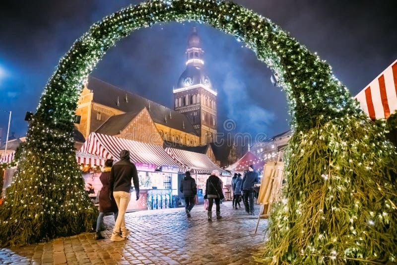 Riga, Letónia - 18 de dezembro de 2017: Povos que andam perto do mercado tradicional do Natal no quadrado da abóbada com abóbada  fotos de stock