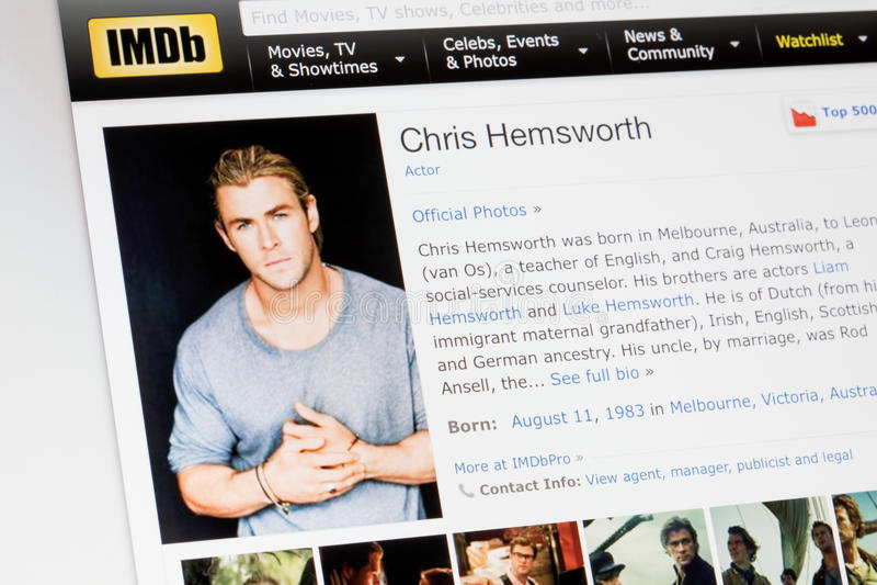 RIGA, LETÓNIA - 2 de fevereiro de 2017: Perfil da biografia de IMDb do ator famoso Chris Hemsworth imagem de stock