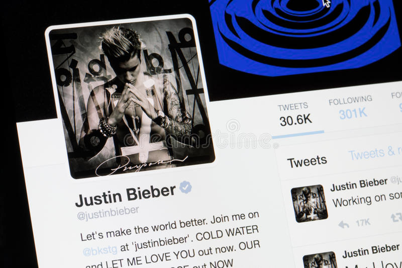 RIGA, LETÓNIA - 2 de fevereiro de 2017: Perfil de Twitter do estrela pop Justin Bieber foto de stock royalty free