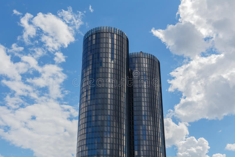 Riga, Letónia - 19 de julho de 2017: Arranha-céus de vidro modernos Roun dois fotografia de stock royalty free