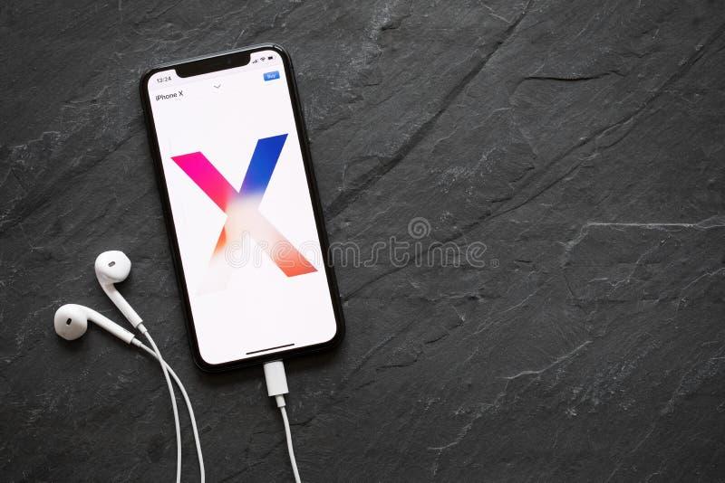 Riga, Letónia - 25 de março de 2018: Web site de Apple que caracteriza o iPhone X mostrado no iPhone X próprio imagem de stock