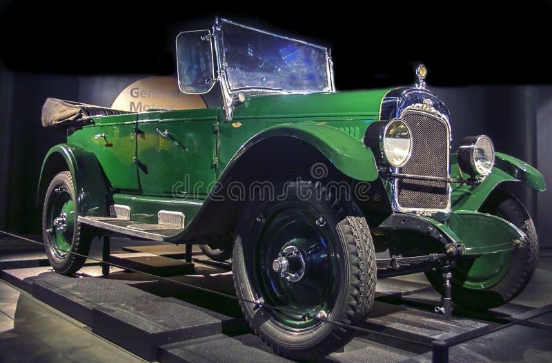 RIGA, LETÓNIA - 16 DE OUTUBRO: Carro retro 1924 do museu superior do motor da série F Riga de Chevrolet do ano, o 16 de outubro d foto de stock