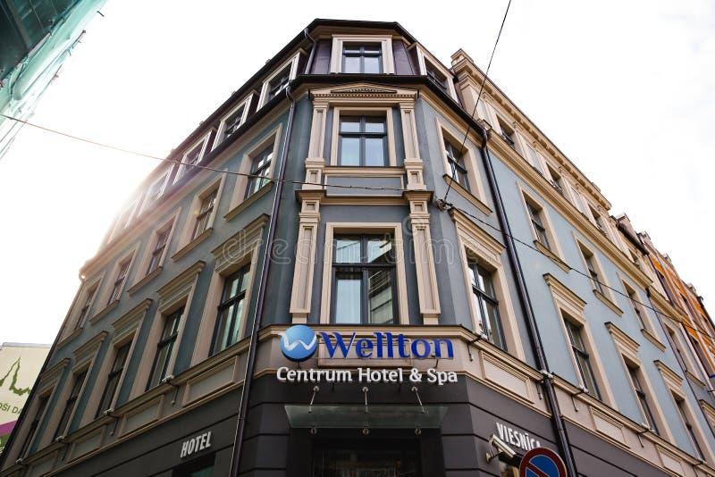 RIGA, LETÓNIA - 7 DE SETEMBRO DE 2018: Opinião de ângulo larga de baixo sobre do hotel e dos TERMAS do centro de Wellton na cidad fotografia de stock