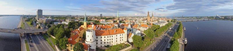 RIGA, LETÓNIA - EM JULHO DE 2017: Opinião aérea bonita da cidade no por do sol imagens de stock