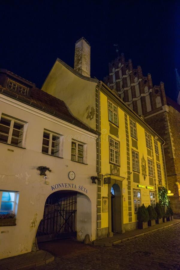 Riga, Letónia: A jarda da convenção é um dos blocos de cidade os mais velhos de Riga Construções históricas bonitas na cidade vel imagem de stock