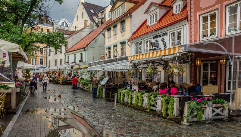 RIGA LETÓNIA opinião da noite do AGOSTO DE 2018 dos cafés da rua no Riga velho na rua de Meistaru imagens de stock royalty free