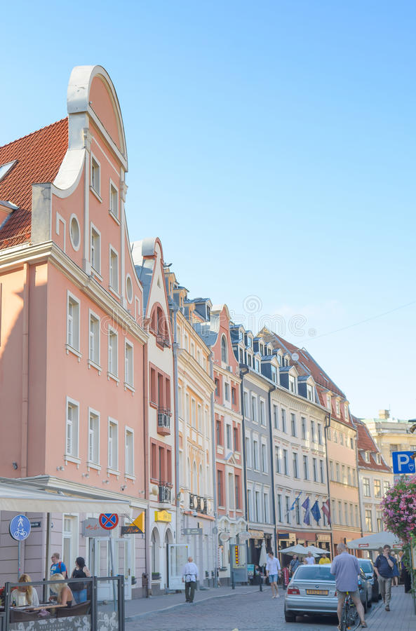 Riga, Letland - Augustus 10, 2014 - beroemde smalle middeleeuwse architectuur de bouwstraat in oude stad Riga, Letland royalty-vrije stock foto