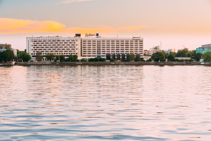 Riga, Letland De Tijd van Radissonblu hotel at evening sunset bij Bank royalty-vrije stock fotografie