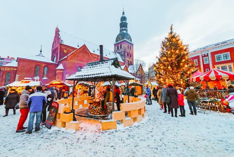 Riga, Letland - December 28, 2014: De niet geïdentificeerde groep mensen geniet Kerstmis van markt die bij Kerstmismarkt binnen w royalty-vrije stock afbeeldingen