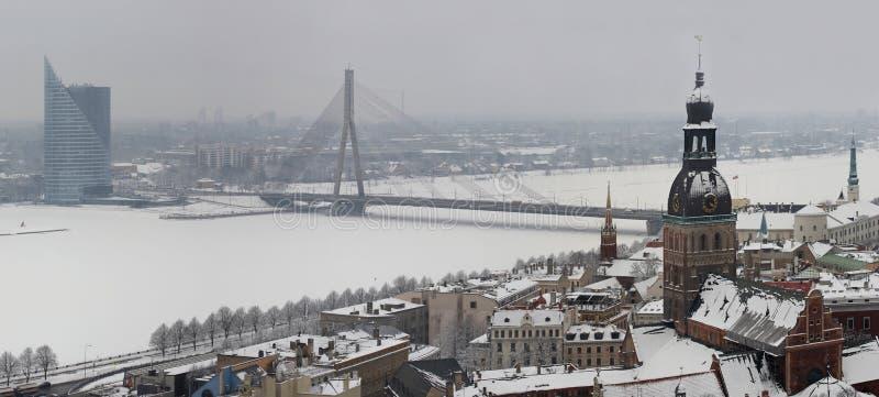 Riga, Letland, Doms op de winter, mening (panorama) van Kerk St.Peter royalty-vrije stock foto