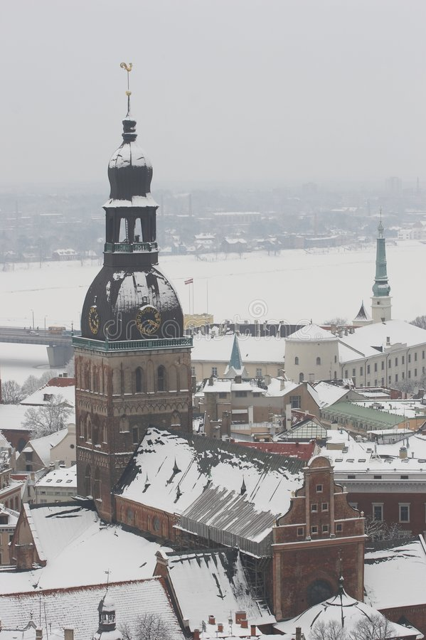 Riga, Letland, Doms op de winter, mening van Kerk St.Peter royalty-vrije stock afbeelding
