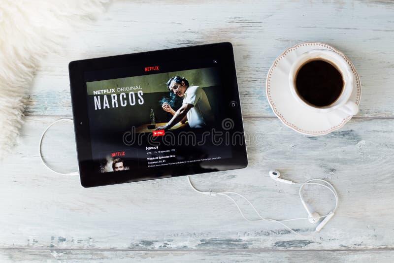 RIGA, LETLAND - FEBRUARI 17, 2016: Narcos is een Amerikaanse die de televisiereeks van de misdaadthriller, oorspronkelijk op 28 A stock afbeelding