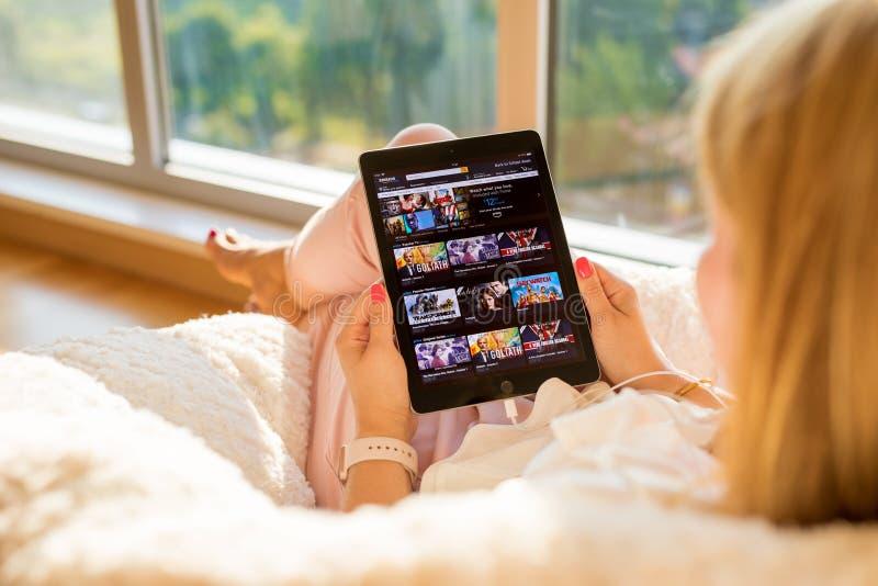 Riga, Letland - Juli 21, 2018: Vrouw die Amazon Prime Videowebsite bekijken op iPad stock foto's