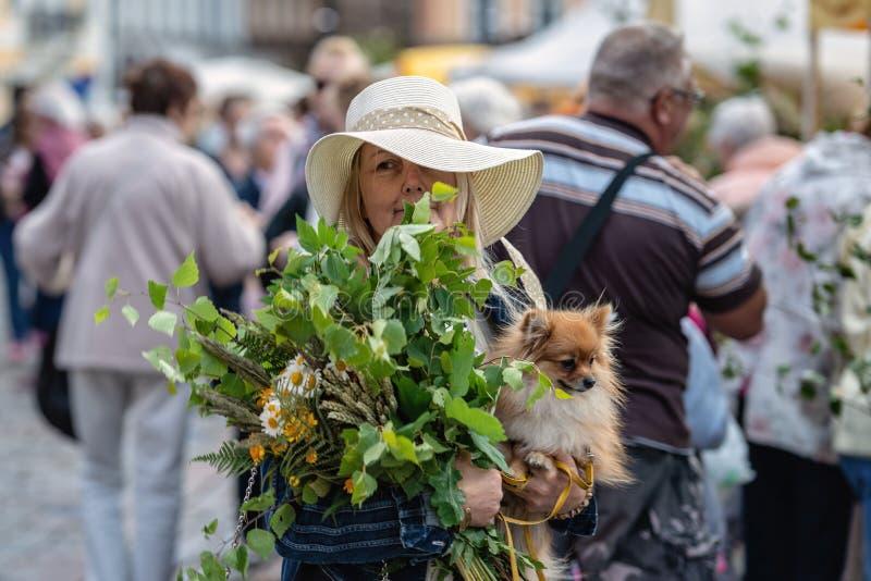 RIGA, LETLAND - JUNI 22, 2018: De markt van de de zomerzonnestilstand Een vrouwenwi stock fotografie