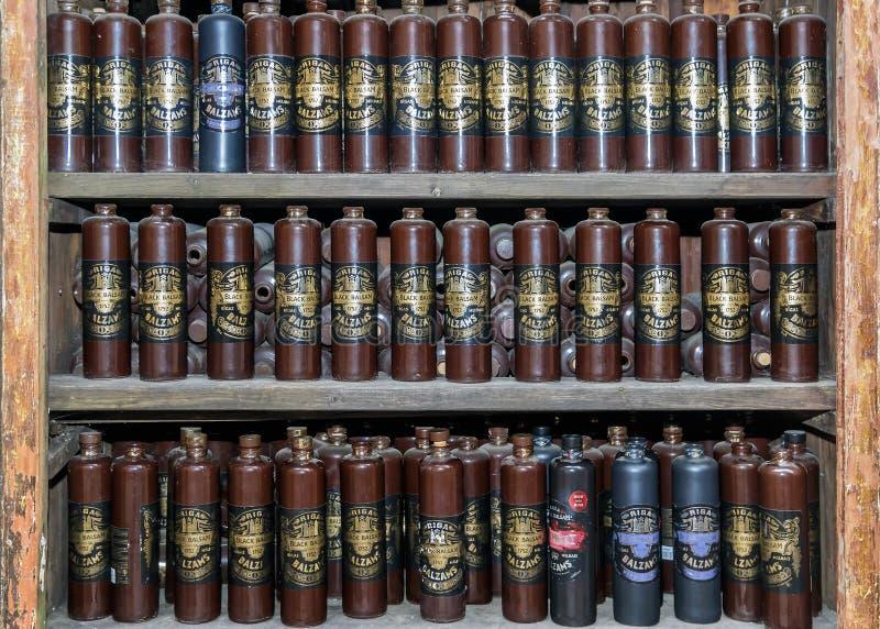 RIGA, LETLAND - JUNI 10, 2017: Is de Zwarte Balsem van Riga een traditionele Letse kruidendielikeur van natuurlijke ingrediënten  royalty-vrije stock afbeelding