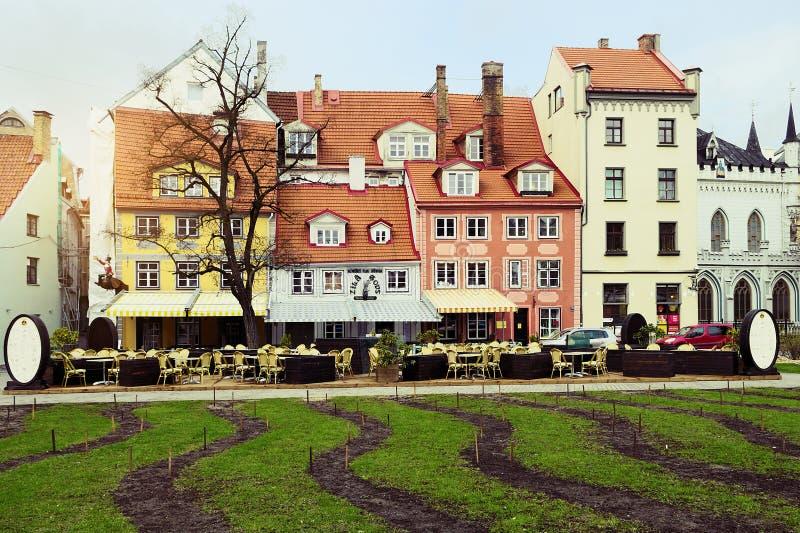 Riga, Letland Livu laukums vierkant met kleurrijke huizen in de stad op Meistaru-ielastraat stock foto
