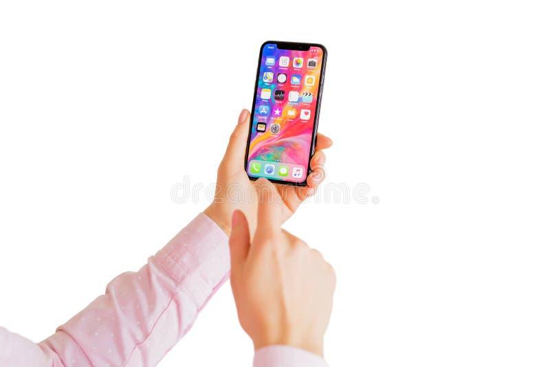 Riga, Letland - Maart 15, 2018: Persoon die recentste generatieiphone X gebruiken stock afbeelding