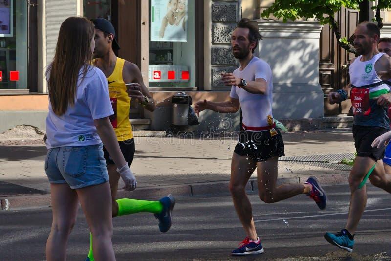 Riga, Letland - Mei 19 2019: Mens met baard die voor verfrissing bereiken royalty-vrije stock afbeelding