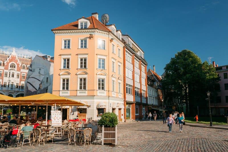 Riga, Letland Mensen die in Straatkoffie of Restaurant rusten in Oud royalty-vrije stock fotografie