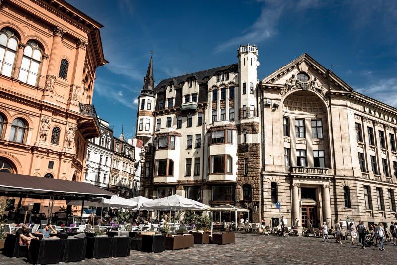 Riga, Letonia - agosto de 2018: Visión a través de la ciudad Hall Square en Riga El Latvian Ratslaukums del quare es uno de la ce fotos de archivo libres de regalías