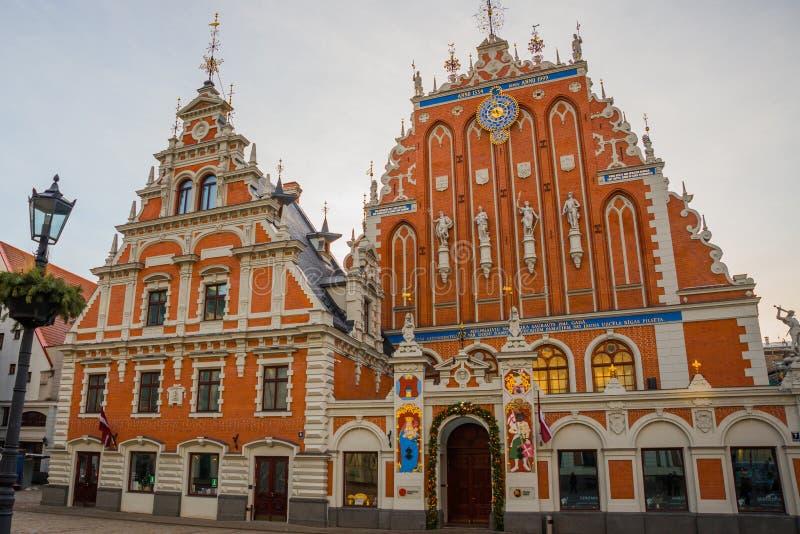 RIGA, LETONIA: Casa de espinillas en la ciudad vieja de Riga en Letonia Cuadrado de Ratslaukums imagen de archivo