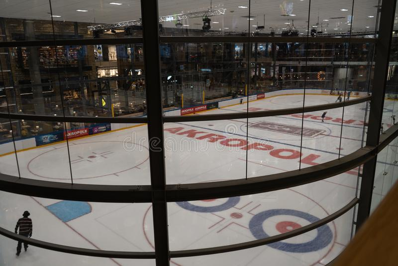 RIGA, LETONIA - 10 DE ABRIL DE 2019: La pista de patinaje de Akropole está abierta fotografía de archivo