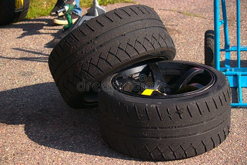 Riga, Letonia - 2 de agosto de 2019 - llevado de los neumáticos de coche fotografía de archivo