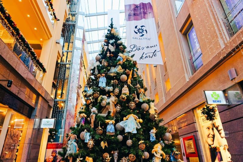 Riga, Letonia - 27 de diciembre de 2014: Árbol de abeto tradicional de la Navidad con oro y decoraciones azules del color en cent imagen de archivo libre de regalías