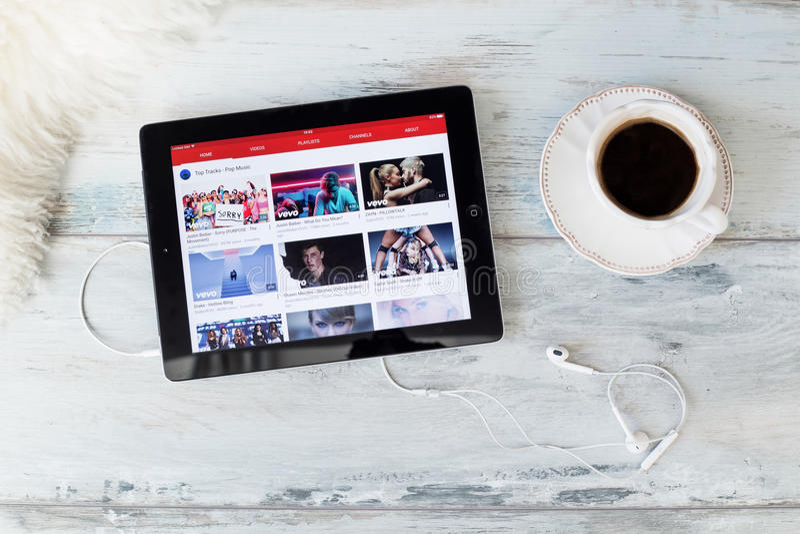 RIGA, LETONIA - 17 DE FEBRERO DE 2016: Sitio web de YouTube en iPad YouTube permite que los mil millones de gente descubran, que  foto de archivo libre de regalías