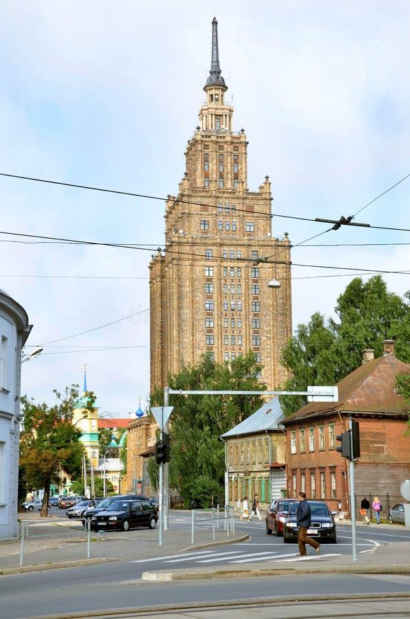 RIGA/LETONIA - 27 de julio de 2013: Calle en la ciudad de Riga con el edificio alto de la academia de ciencias letona en fondo imagen de archivo