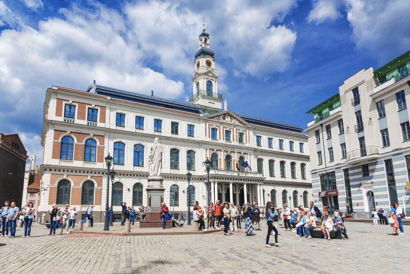 RIGA, LETONIA 10 DE JUNIO DE 2017: El edificio ayuntamiento en la plaza principal en Riga fotografía de archivo libre de regalías