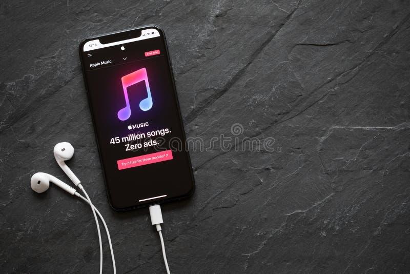 Riga, Letonia - 25 de marzo de 2018: Música de Apple que fluye sitio web del servicio en el último iPhone X de la generación foto de archivo