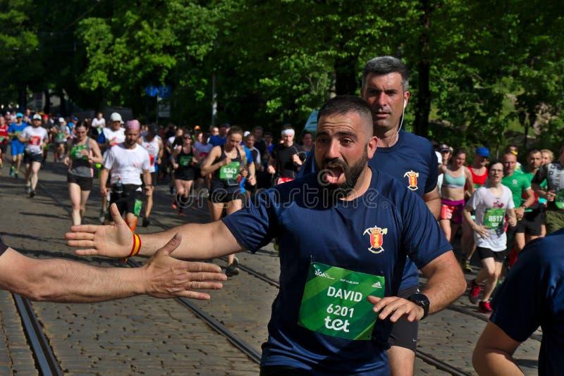 Riga, Letonia - 19 de mayo de 2019: Hombre barbudo español emocionado para dar arriba cinco para los espectadores imagenes de archivo