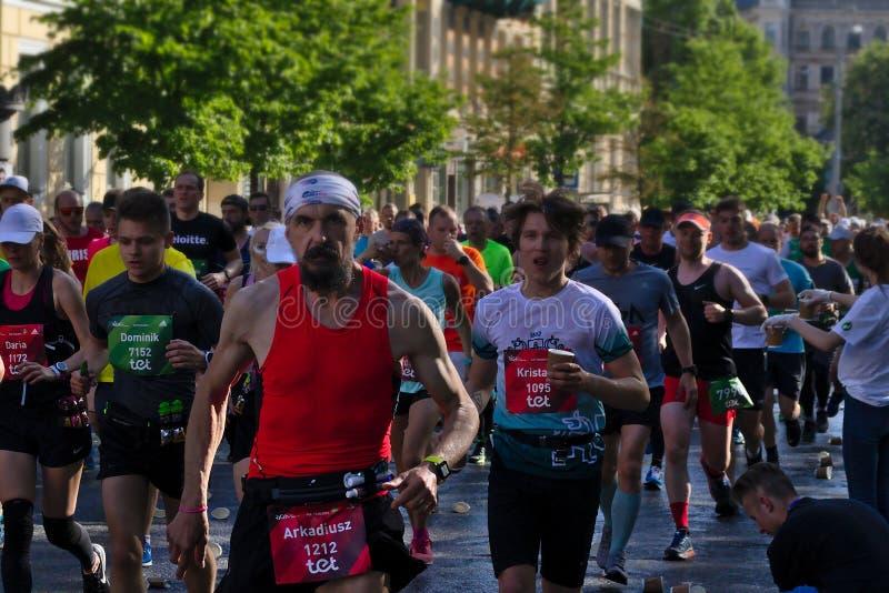 Riga, Letonia - 19 de mayo de 2019: Hombre barbudo de intimidaci?n que corre en muchedumbre del marat?n foto de archivo