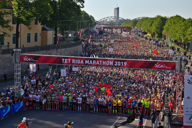 Riga, Letonia - 19 de mayo de 2019: Participantes del marat?n de Riga TET que hacen cola al principio la l?nea fotos de archivo