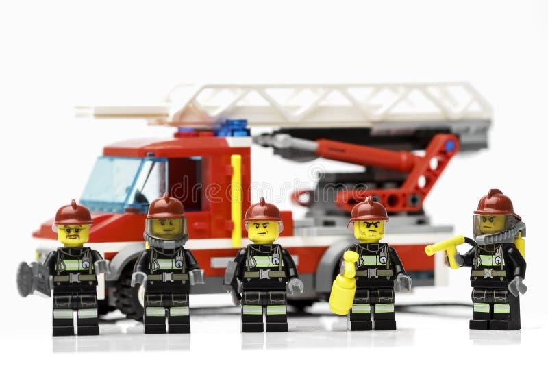 Riga, Letonia - 9 de noviembre de 2019: Bomberos de Lego Minifiguras Lego es una marca popular de minifiguras Lego Company tiene  imagen de archivo libre de regalías